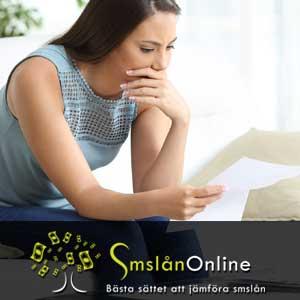 Kvinna som läser brev