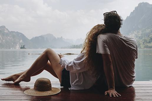 Par som tittar ut över vattnet